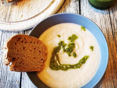 Sellerie Creme Suppe mit Petersilien-Knoblauch Öl