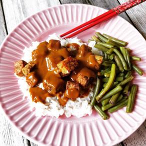 Tempeh mit Reis und Bohnen in Erdnusssoße