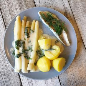 Fischfilet aus dem Ofen mit Spargel, Kartoffeln und Bärlauchsoße