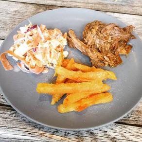 Pulled Pork aus dem Slowcooker mit Panko Pommes und Coleslaw