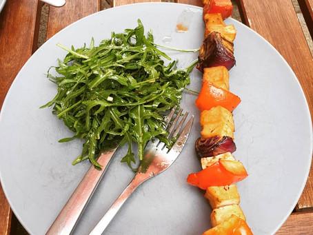 Vegane Grillspieße mit Rucola Salat