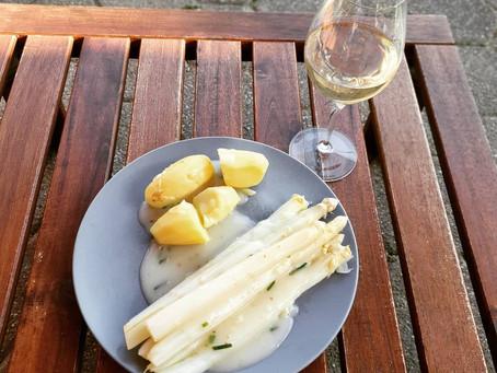 Spargel mit Kartoffeln und heller Soße
