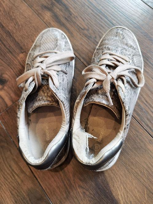 Sehr abgetragene Sneaker
