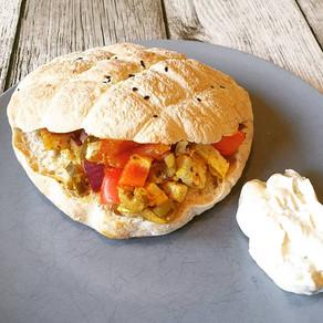 Vegetarisch gefüllte Pita Taschen greek style