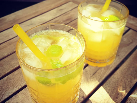 Cocktail mit Gin und Maracuja