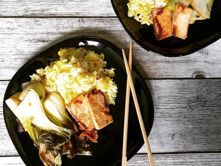 Gebackener Pak Choi mit Gewürzreis und Tofu