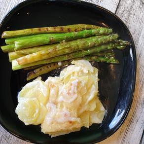 Gebratener grüner Spargel mit leichtem Kartoffelauflauf