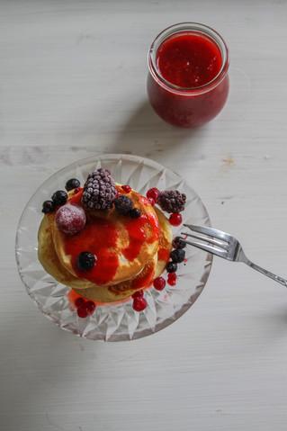 Pancakes mit hausgemachter Erdbeersoße