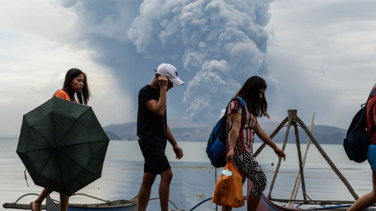 """Uno de los volcanes más activos del archipiélago filipino entro en erupción el domingo 12 de enero. Las autoridades han aumentado la alerta a nivel cuarto, tras el riesgo de una """"erupción explosiva"""". Miles de personas han sido evacuadas."""