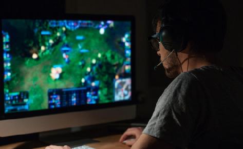 China prohíbe jugar a los video juegos hasta altas horas de la noche para combatir la adicción