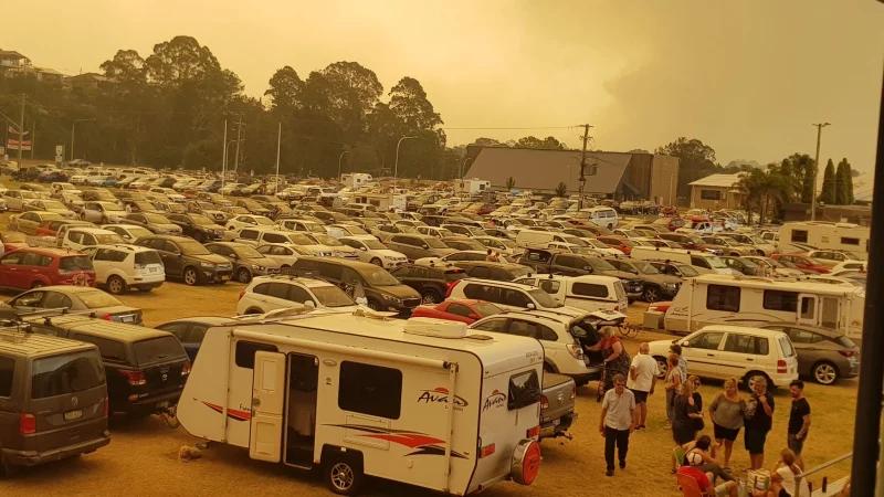 El punto de evacuación para los residentes de Batemans Bay, el centro de funciones del Club Deportivo Hanging Rock, el martes por la mañana.