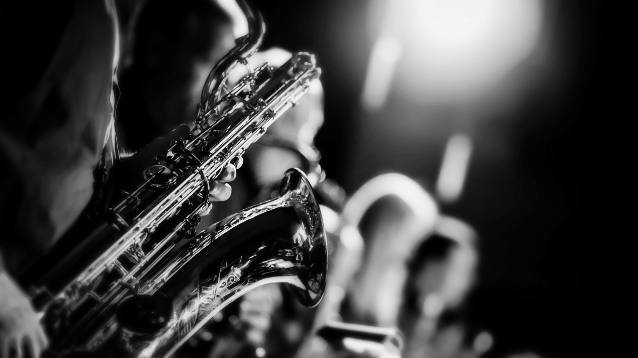 saxophone_musical_instrument_blur_106445_1280x720_edited