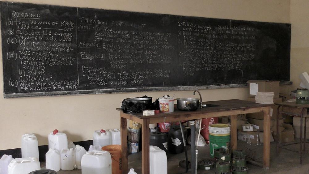 公立学校の理科室の黒板