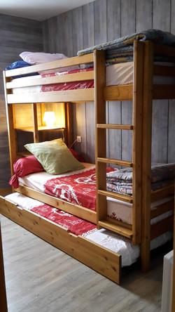 chambre avec 3 lits