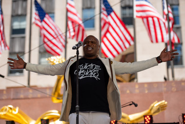 Alex_Boyé_sings_the_national_anthem.jpg