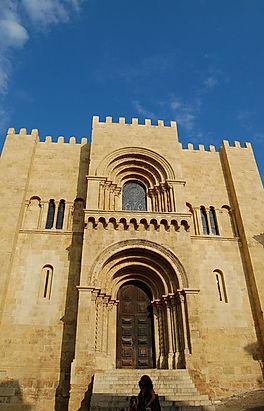 1200px-Sé_Velha_de_Coimbra.jpg