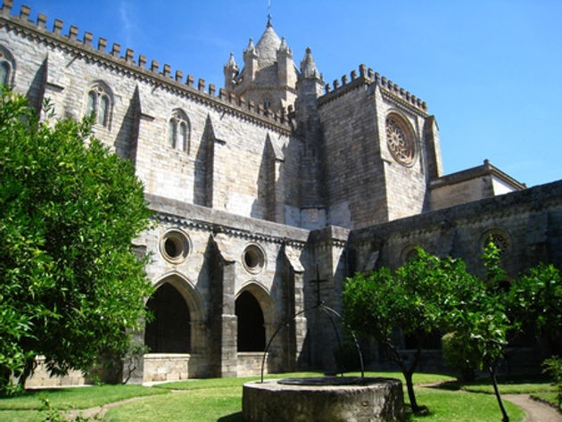 Cloister_in_Cathedral_Evora_Portugal.jpg