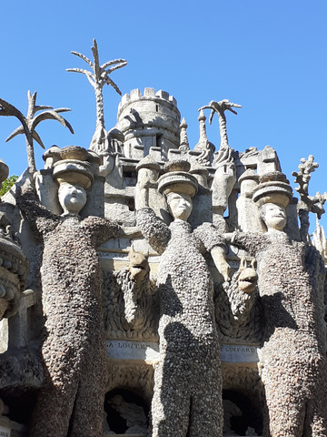 Les gardes du Palais Idéal