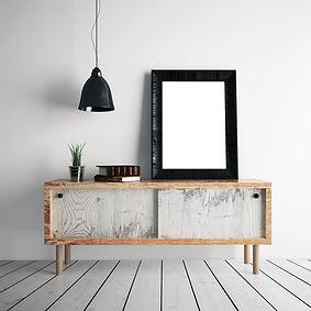 Asztal tükörrel, fölötte lámpa