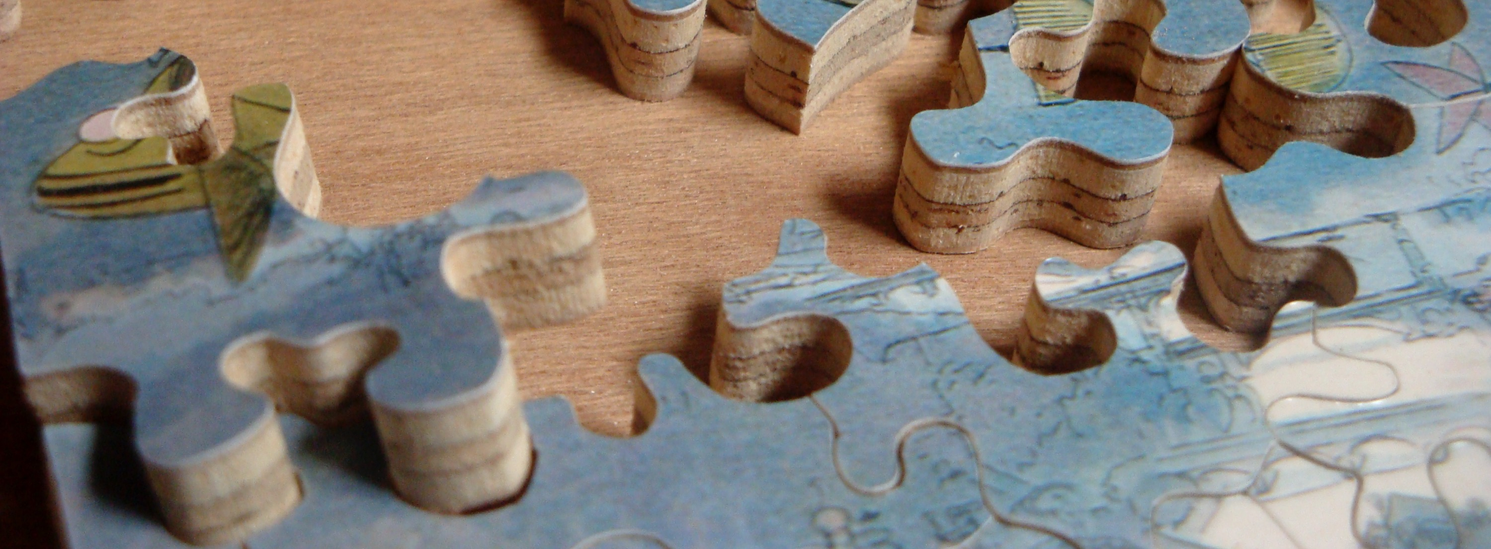 Close_up_of_Hand_Cut_Jigsaw_Puzzle_edite