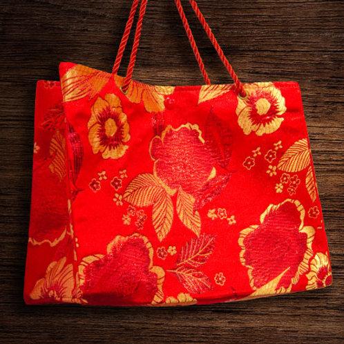 紅色絲綢手提袋,上織繡金紅牡丹花圖紋