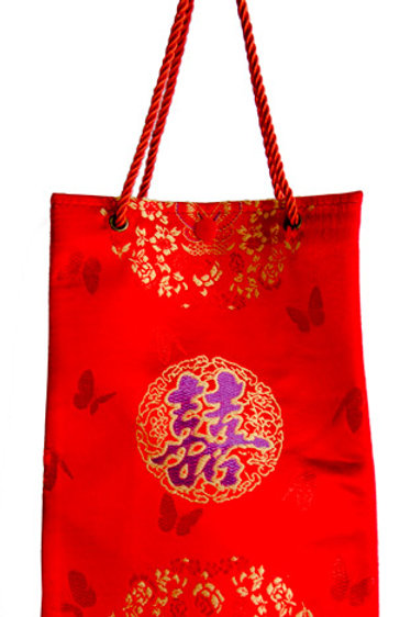 紅色絲綢手提袋,上織繡精緻紫囍字
