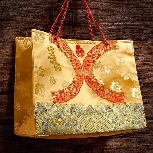 紅絲綢手提袋,上織繡雙喜泥盆環圖紋