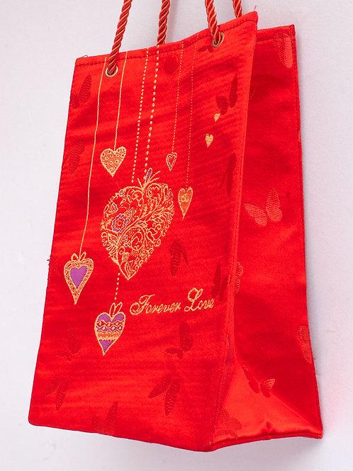 紅色絲綢長條型手提袋,上方織繡細緻愛心圖紋