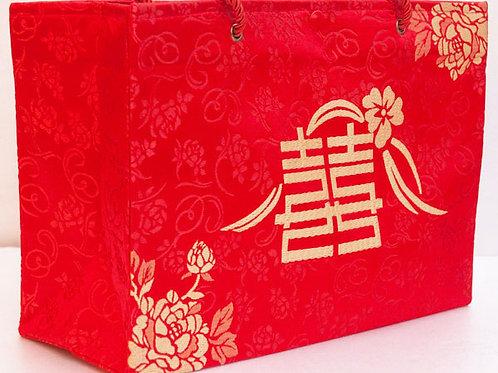 大紅色絲綢手提袋,織繡著牡丹囍字樣