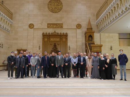 Посещение мечети молодежью разных конфессий