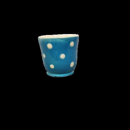 Gobelet bleu claire à pois crème.