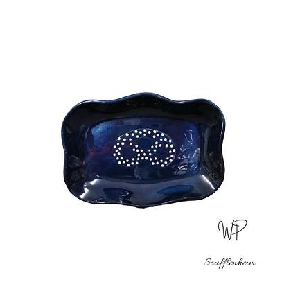 Ravier ondulé bleu marine décor brezel.