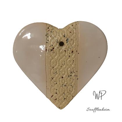 Coeur bombé blanc à dentelle.