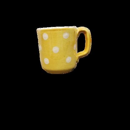 Mug jaune à pois crème.