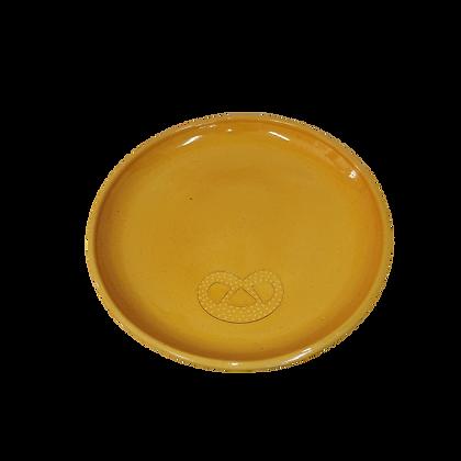 """Grande Assiette jaune miel décor """"brezel"""""""