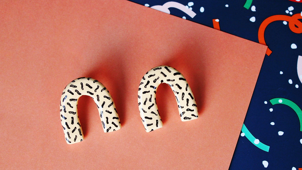 Squiggle Pattern Arch Stud Earrings