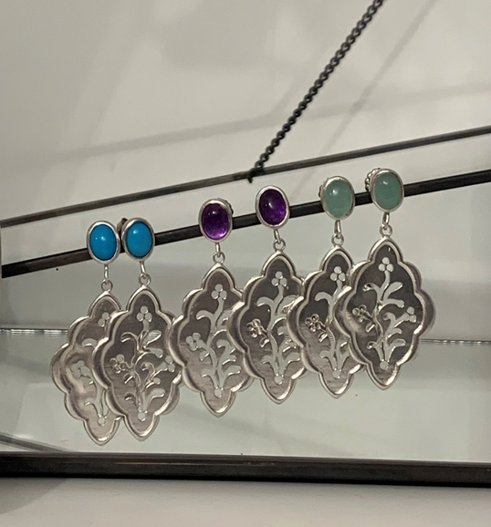Earrings with oval gemstone