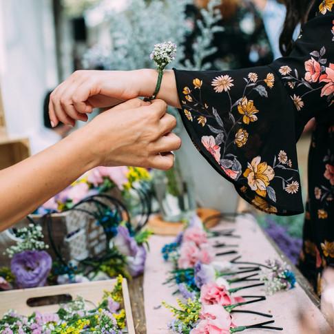 עמדת פרחים בחתונה