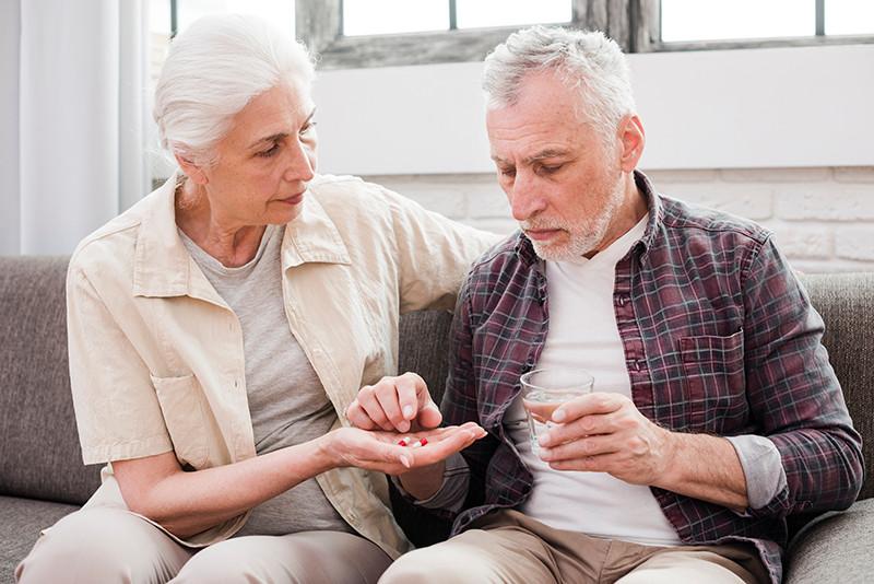 Se há negativa do plano em conceder o medicamento, uma multa imposta pelo juiz deverá ser paga ao paciente.