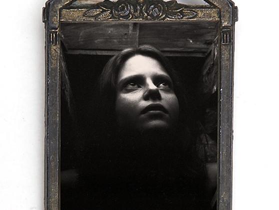 13.  Katherine  Photographie argentique format 4,7 x 4 cm Tirage n°1/5 tous formats confondus,  dans un cadre en bronze format 7,5 x 4,6 cm  réservée