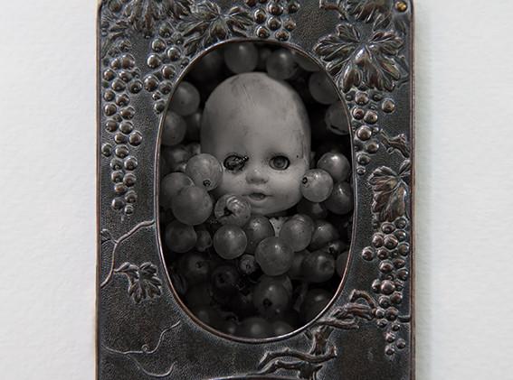 2 - L'enfance  Photographie format 6 x 4 cm  dans un cadre en métal 9 x 6,2 cm Tirage 1/5 tous formats confondus  150 euros