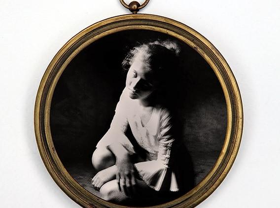 Lydie 2  Photographie  argentique format 7 cm Tirage 1/5 tous formats confondus dans un cadre en bronze format 8,5 cm de diamètre  réservé