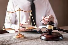 advogados-masculinos-que-trabalham-tendo