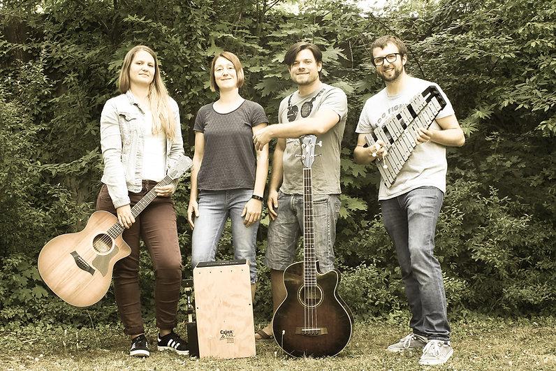 Bild von den Mitgliedern der Band ohne Sarah