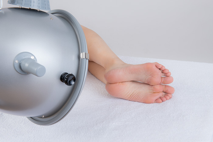 臥位にて足裏を照射