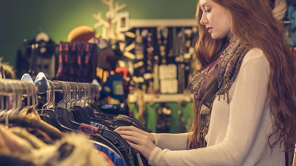 Mulher escolhendo roupas em uma loja