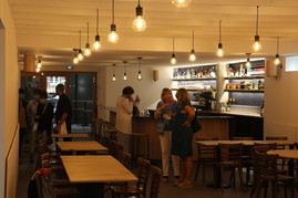 Bar avec gens.JPG