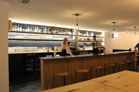 Bar avec barman.JPG