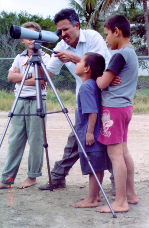 Adan viendo aves con los niños.jpg