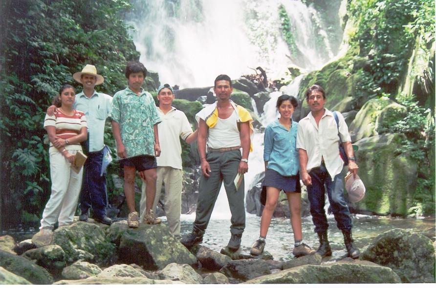 Grupo de ecoguías en la cascada